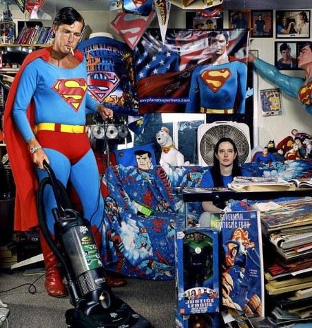 Superman-pasa-la-aspiradora-en-su-casa